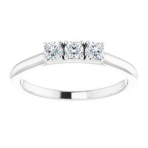 https://meteor.stullercloud.com/das/73533028?obj=metals&obj.recipe=white&obj=stones/diamonds/g_Center%201&obj=stones/diamonds/g_Center%202&obj=stones/diamonds/g_Center%203&$standard$