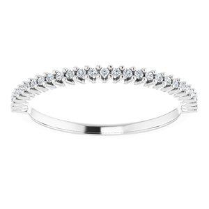 https://meteor.stullercloud.com/das/73557986?obj=metals&obj.recipe=white&obj=stones/diamonds/g_Accent&$standard$
