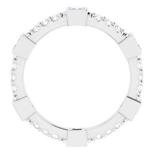 https://meteor.stullercloud.com/das/96995512?obj=metals&obj.recipe=white&obj=stones/diamonds/g_Center&obj=stones/diamonds/g_Accent&$standard$